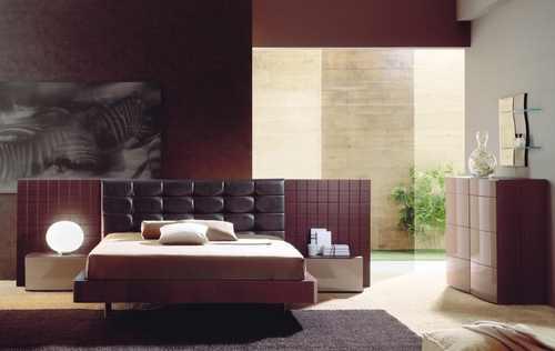 интерьер спальни в бордовых тонах