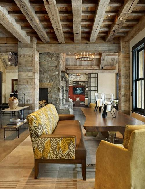 Гостиная в деревенском стиле с балками на потолке