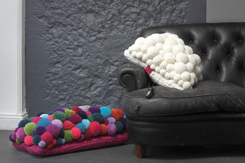 Коврик-подушка из мягких помпонов фото