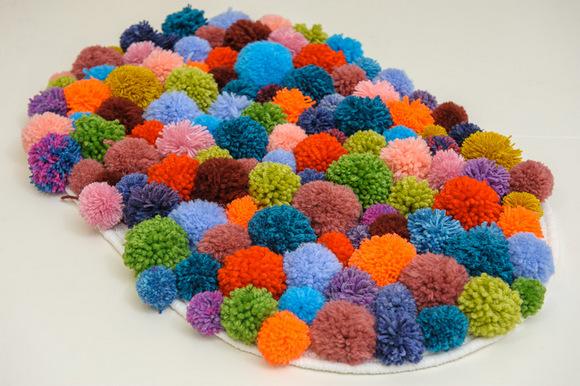 Коврик из разноцветных помпонов фото