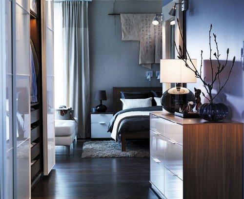 Прикроватный коврик в интерьере спальни