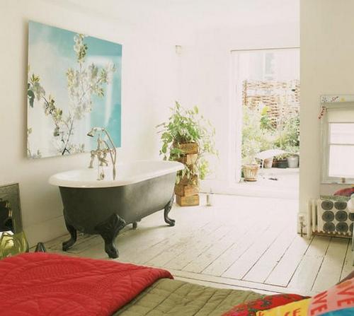 Чугунная ванна в интерьере спальни