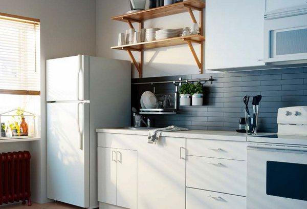 Куда можно поставить холодильник на кухне