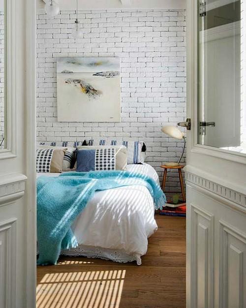 Стена из белого кирпича в спальне