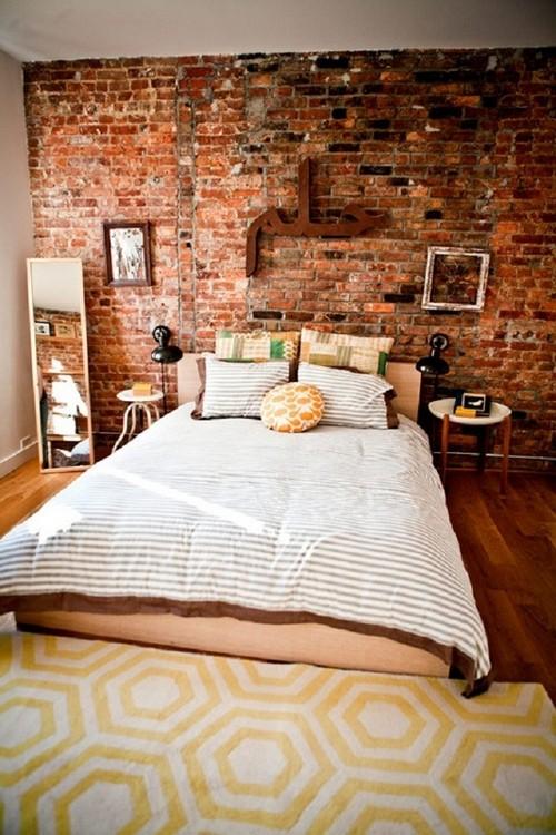 Стена из состаренного кирпича в спальне