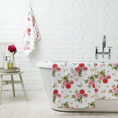 Белая кирпичная стена в интерьере ванной