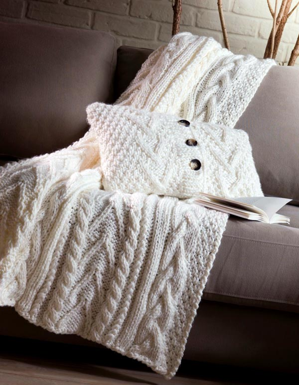 Вязаный плед и подушка для дивана