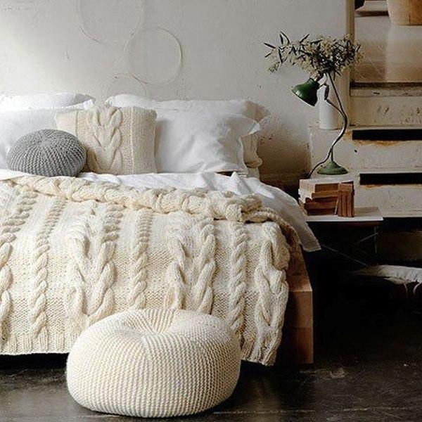 Вязаные пледы в интерьере спальни