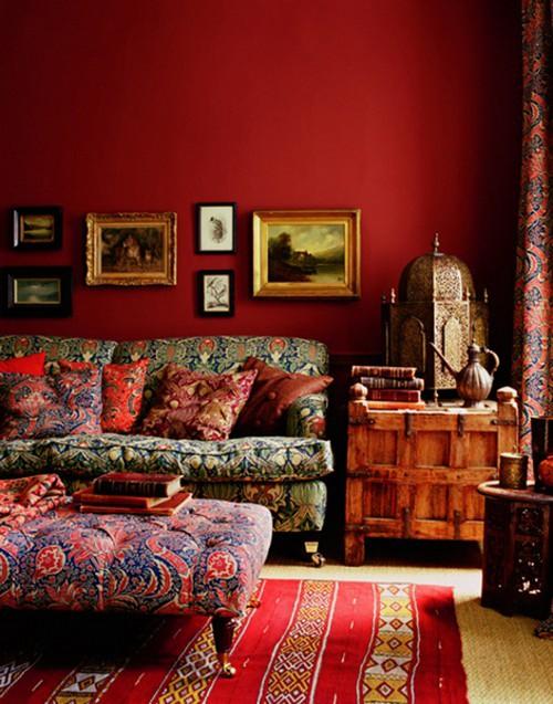 Стиль бохо в интерьере с красными стенами