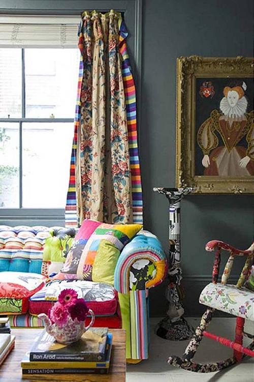 Яркий диван и шторы в стиле бохо