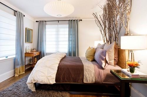 Ветки деревьев в интерьере спальни
