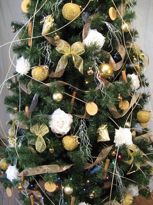 Украшение елки цветами на Новый год 2014