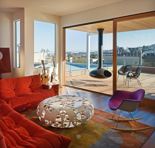Яркое цветное кресло-качалка в современном интерьере