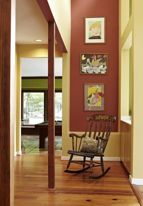 Кресло-качалка из дерева в интерьере