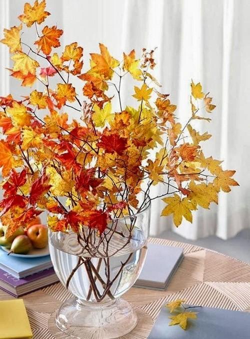 Композиция из сухих листьев