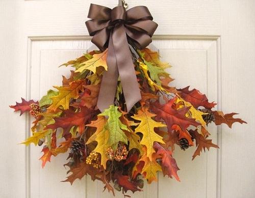 Украшение из сухих листьев на входную дверь