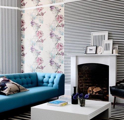 Полосатые стены и пол в интерьере гостиной фото