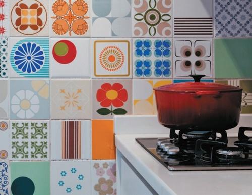 Яркая плитка для кухни в стиле китч
