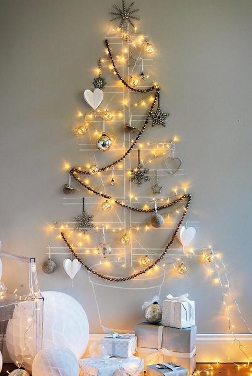 Красивая елочка на стену из бус, гирлянд и украшений