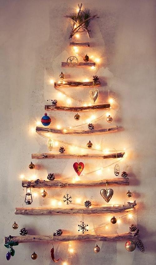 Новогодняя елка из толстых веток на стене