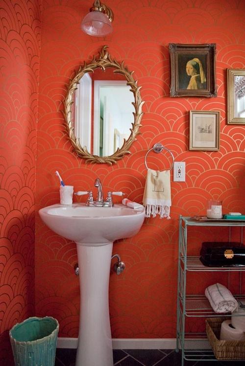 ванная комната кораллового цвета