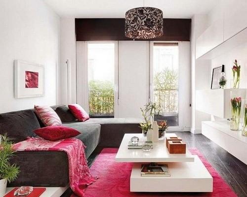 Сочетание малинового цвета в интерьере гостиной