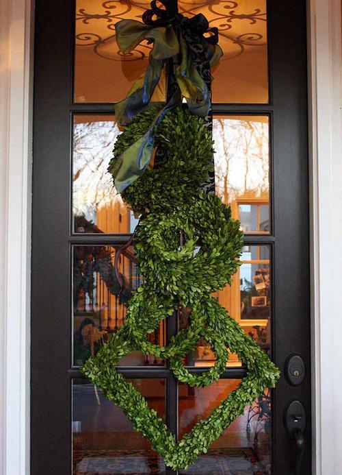 Импровизация в виде елочки на дверь