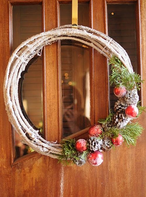 как украсить входную дверь к Новому году