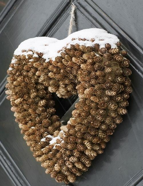 Венок из шишек в форме сердца фото