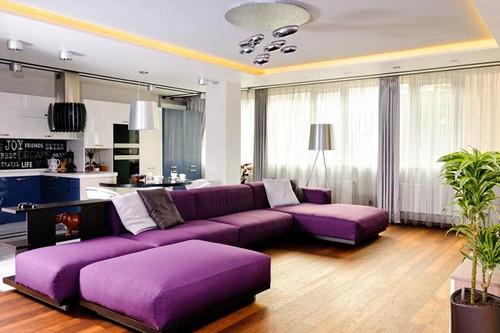 Диван в гостиной лавандового цвета