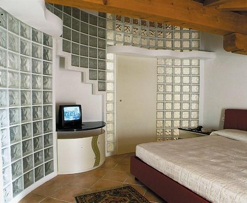 Стеклоблоки в стене в спальне