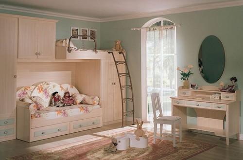 детская комната с балконной дверью