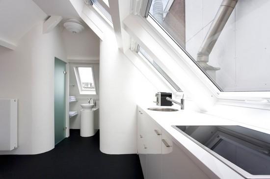 Современная мансардная ванная комната