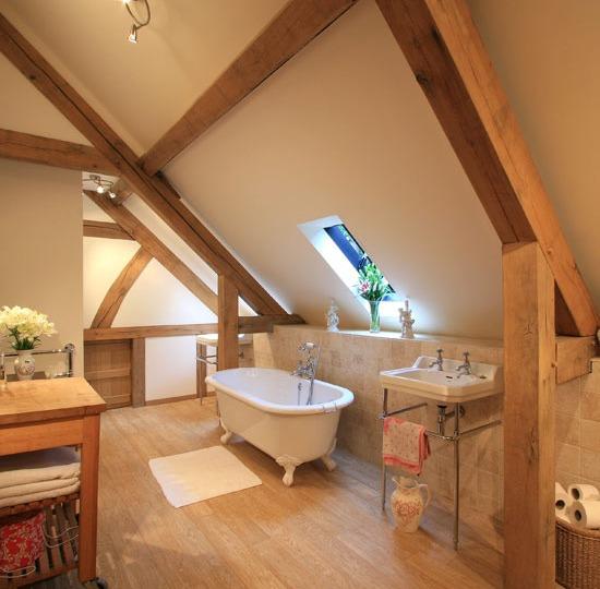 Красивая ванная комната на мансардном этаже фото