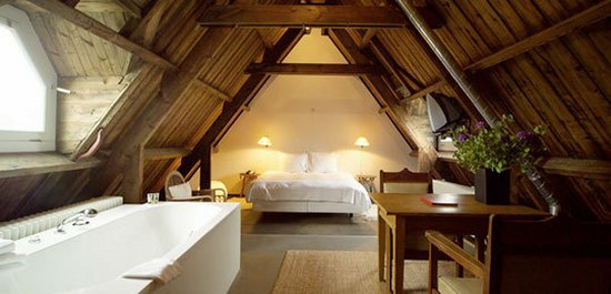 Спальня на мансарде с ванной