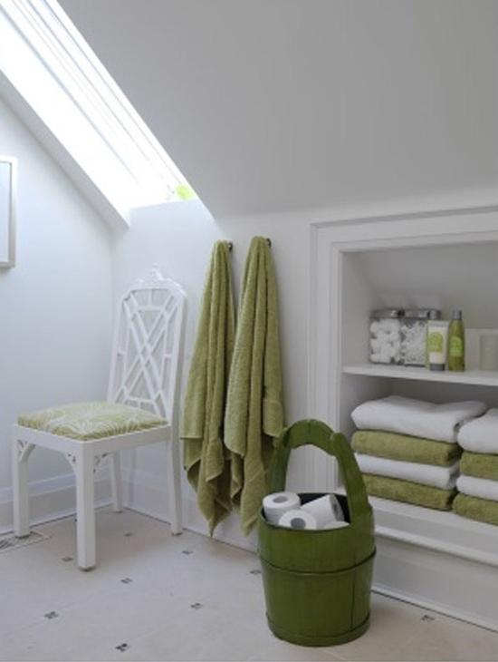 Ванная комната на мансарде в белых тонах