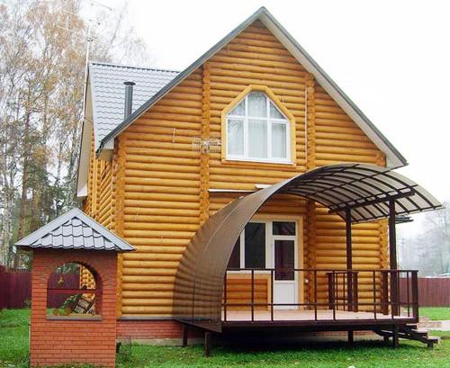 Навес из поликарбоната над крыльцом деревянного дома