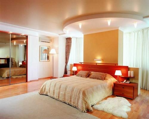 Зонирование потолка в спальне