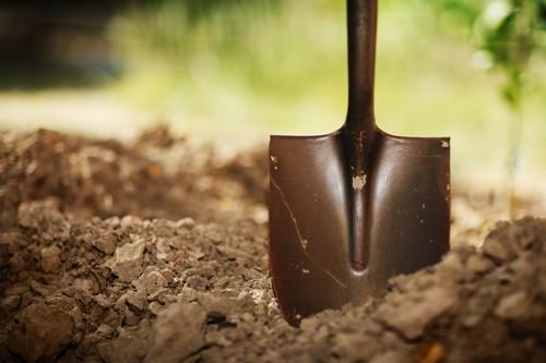 Садовая лопата для вскапывания земли
