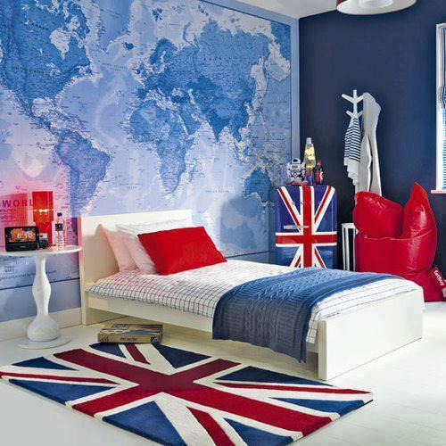Британский флаг и географическая карта в интерьере