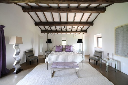 Лилово-белая спальня фото