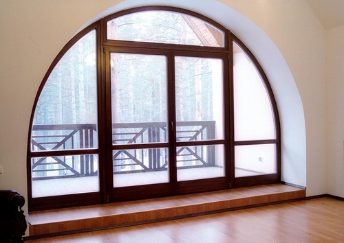 Окно с дверью на балкон арочной формы