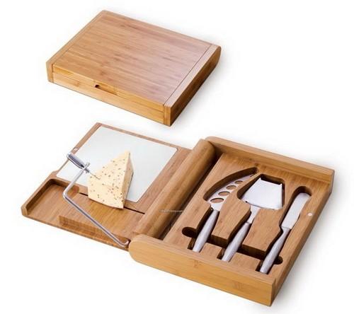 Разделочные доски из дерева с набором ножей