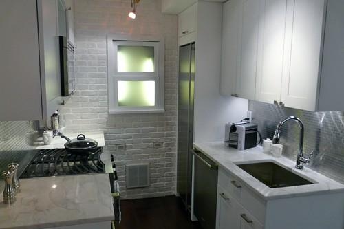 Маленькая кухня с большим холодильником фото