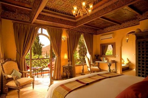 Современная спальня в готическом стиле