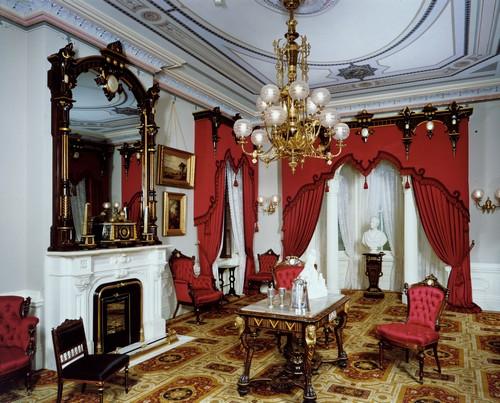 Красный цвет в готическом интерьере фото