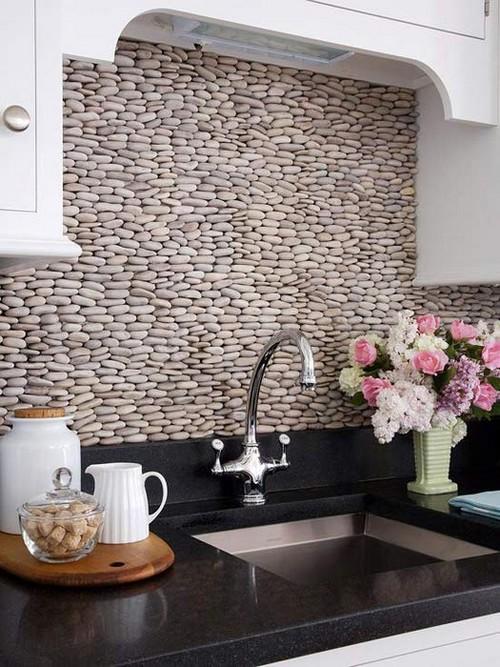 Галька на стене в отделке кухонного фартука