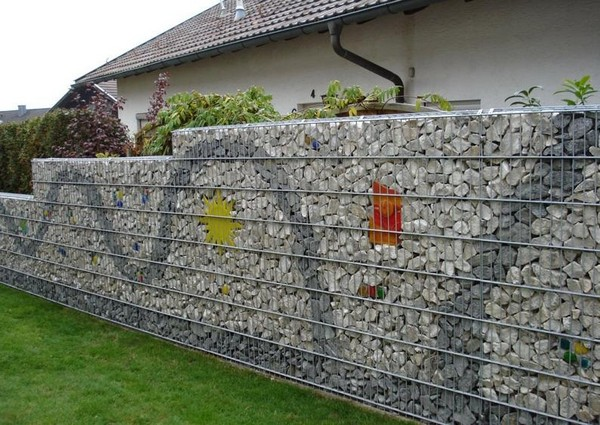 Забор из гальки фото