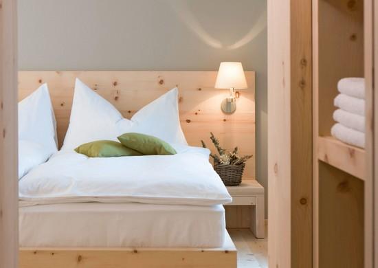 Современные бра в интерьере спальни фото