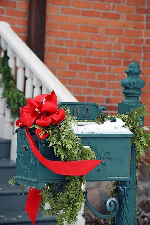 Почтовый ящик для частного дома с новогодним декором